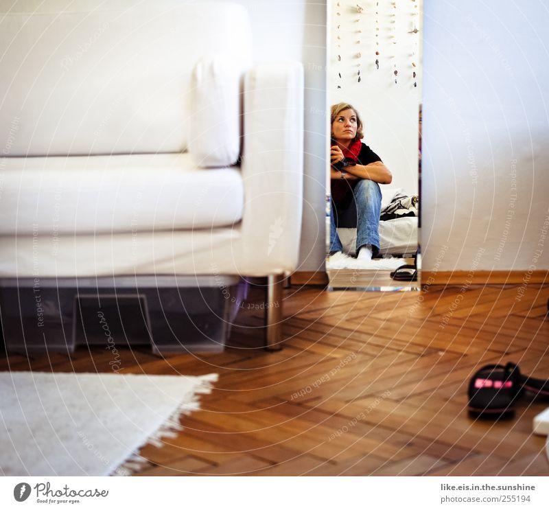 immer wartet man auf die männer! Mensch Frau Jugendliche weiß schön Einsamkeit Erwachsene Erholung blond warten Häusliches Leben 18-30 Jahre T-Shirt Bett