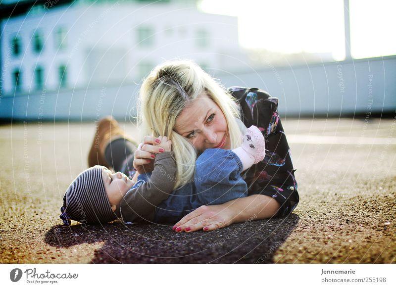 Kratzbürste 3.0 Mensch schön Freude Erwachsene Glück hell lustig Zusammensein blond Baby liegen Hochhaus Fröhlichkeit verrückt Mutter Familie & Verwandtschaft