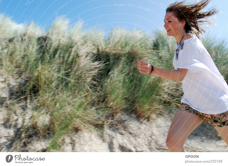 run maskulin Frau Erwachsene Jugendliche Haare & Frisuren Gesicht Natur Wildpflanze Hügel Strand T-Shirt brünett rennen ästhetisch elegant schön Geschwindigkeit