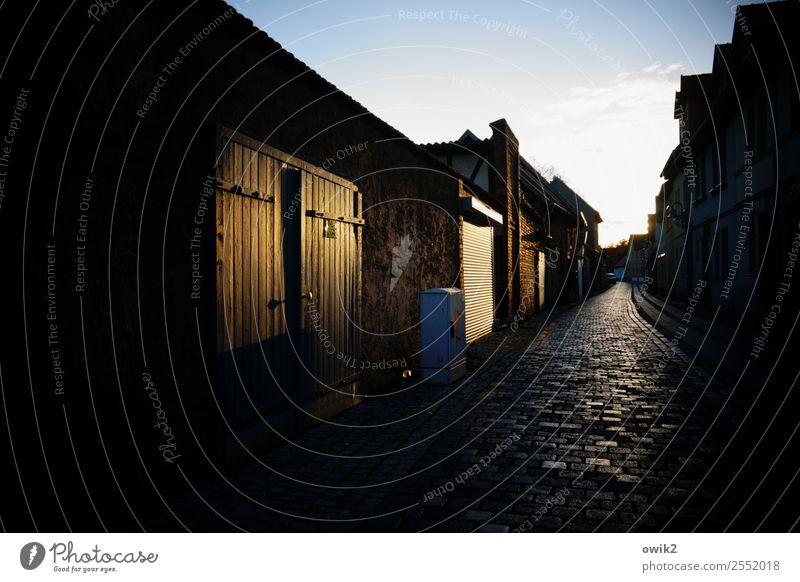 Dunkle Gasse Sangerhausen Deutschland Sachsen-Anhalt Kleinstadt Stadtzentrum Altstadt bevölkert Haus Mauer Wand Fassade Tür Tor Straße dunkel eng Farbfoto
