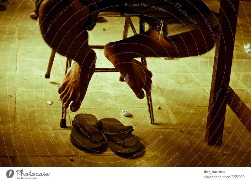 flip-flop Mensch Fuß sitzen maskulin lernen Flipflops Junger Mann muskulös Schuhe