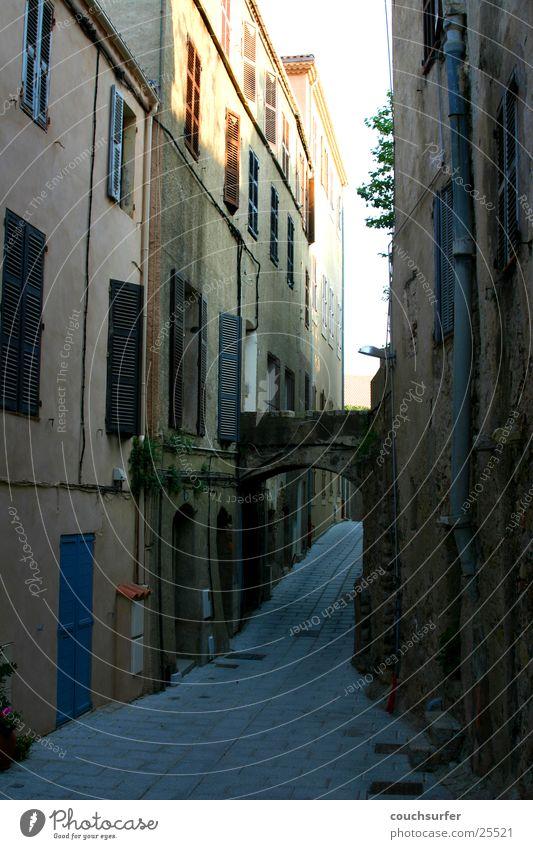 Gassenlauf Korsika Calvi Straßenschlucht Dorf Europa Graffiti kleine Häuser mediteran