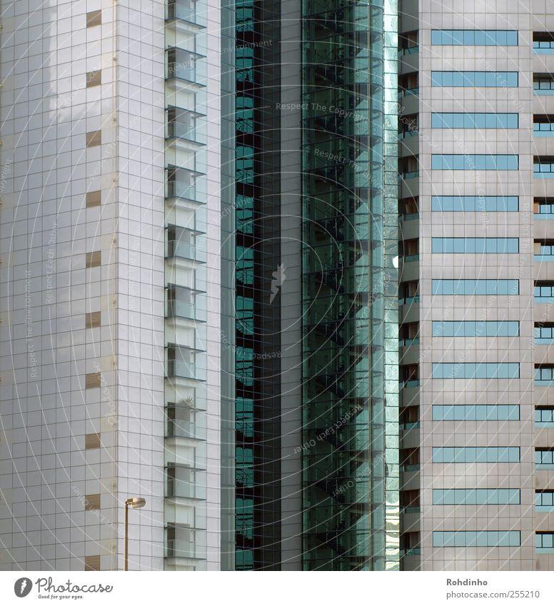 Fensterplätzchen Dubai Stadt Stadtzentrum Menschenleer Hochhaus Bauwerk Gebäude Architektur Fassade Balkon Beton Glas glänzend modern Linie Treppenhaus Laterne