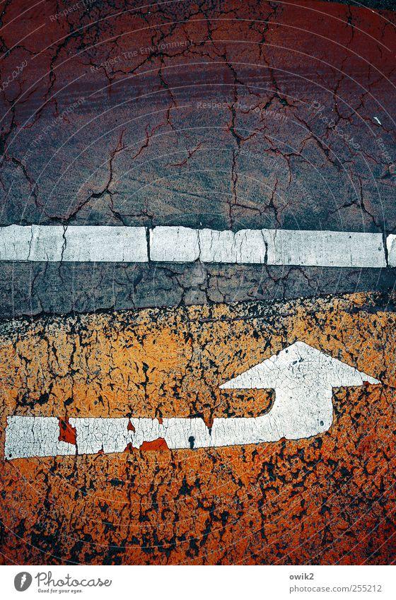 Abgefahren Verkehr Verkehrswege Straße Fahrbahnmarkierung Zeichen Pfeil Streifen Linie Asphalt eckig einfach fest unten blau rot schwarz weiß Wachsamkeit