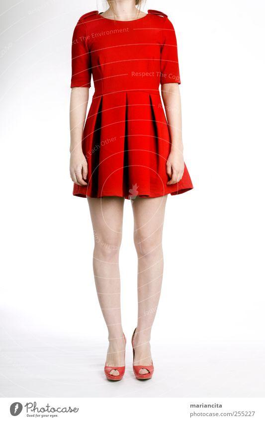 Rotes Kleid Mensch Junge Frau Jugendliche Hand Beine Fuß 1 Jugendkultur Bekleidung Schuhe rot Farbfoto Studioaufnahme Detailaufnahme Kunstlicht Licht