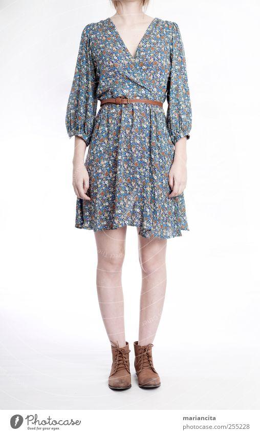 """Blumiges Kleid Mensch Junge Frau Jugendliche Arme Hand Beine Fuß 1 18-30 Jahre Erwachsene Mode Bekleidung Schuhe Stiefel blau braun Werbung """"Blumenkleid""""."""
