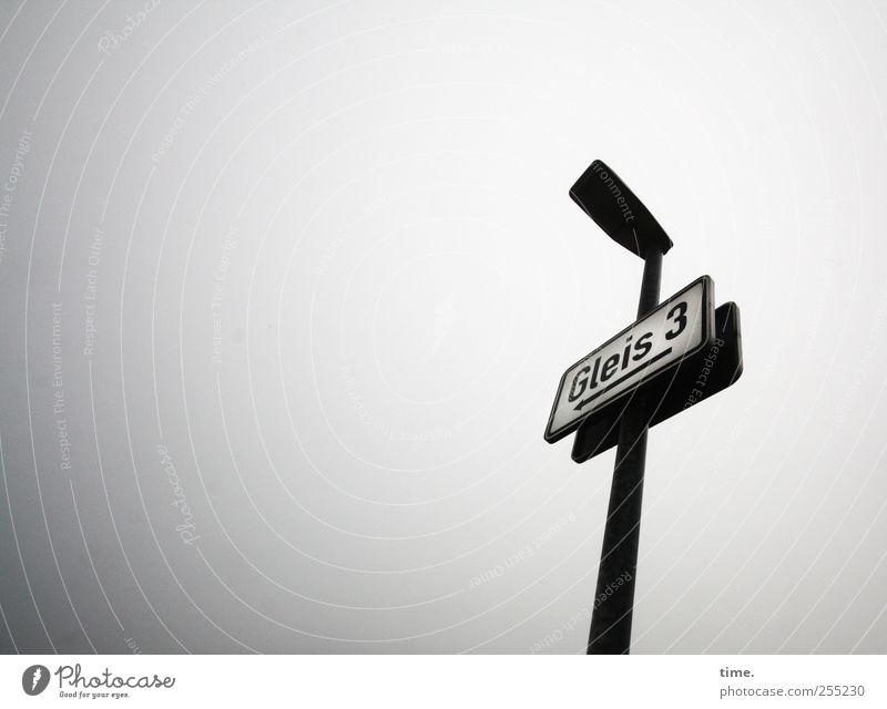 Orientierungshilfe grau Lampe Nebel Schilder & Markierungen ästhetisch Hinweisschild Eisenbahn Ziffern & Zahlen Buchstaben Güterverkehr & Logistik Gleise Bahnhof Hinweis Mast Orientierung Plan