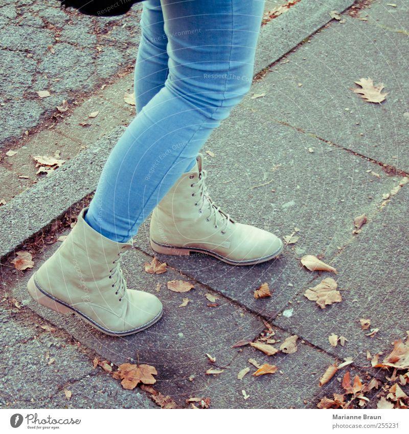Herbst Frau Jugendliche blau Blatt grau Beine Mode Schuhe gehen modern Bekleidung Jeanshose Bürgersteig Dame Jeansstoff