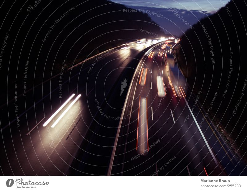 Kurzsicht weiß rot schwarz Straße dunkel Bewegung PKW Linie Verkehr Geschwindigkeit fahren Spuren Autobahn Lastwagen Verkehrswege Kurve
