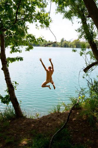 Nackter junger Erwachsener springt von einem Seil in einen See Freude Freizeit & Hobby Freiheit Sommer Schwimmen & Baden maskulin Junger Mann Jugendliche 1