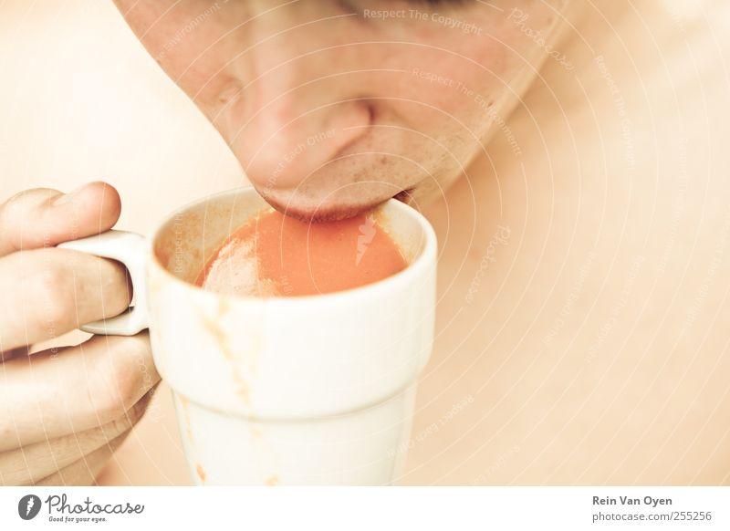 Mensch Mann weiß rot Erwachsene gelb Wärme braun Mund rosa maskulin Getränk trinken 18-30 Jahre Tasse Becher