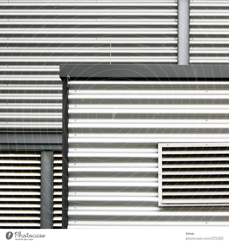 Rückzugselemente Wand Architektur grau Zufriedenheit geschlossen Baustelle Hütte skurril parallel Partnerschaft Kontrolle Blech komplex Genauigkeit