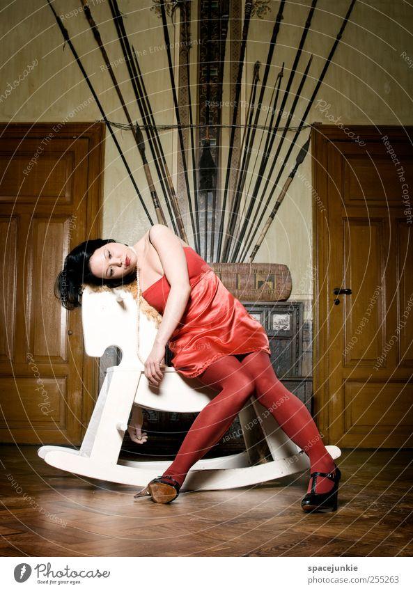 Wasted doll Frau Mensch Weihnachten & Advent Jugendliche schön rot Erwachsene Einsamkeit feminin Traurigkeit träumen elegant verrückt außergewöhnlich