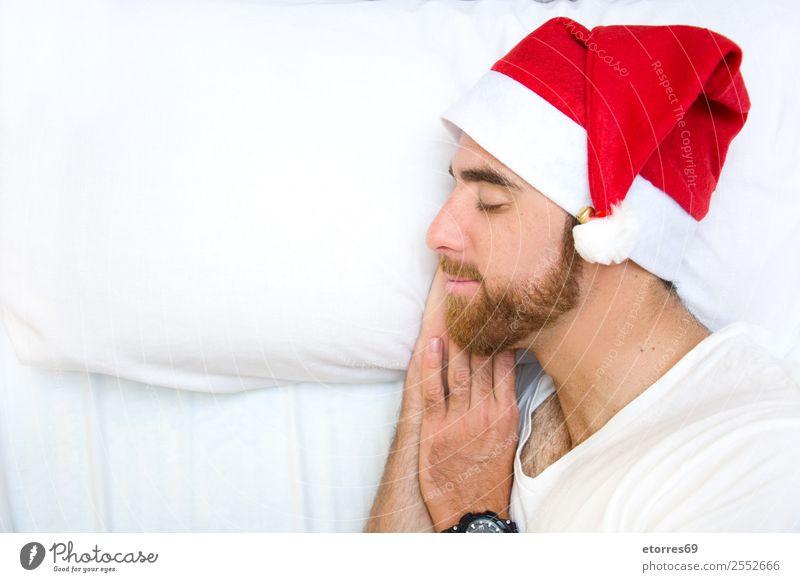 Mann mit Weihnachtsmütze im Schlaf Gesicht Ferien & Urlaub & Reisen Bett Schlafzimmer Feste & Feiern Weihnachten & Advent Erwachsene Hut schlafen Einsamkeit