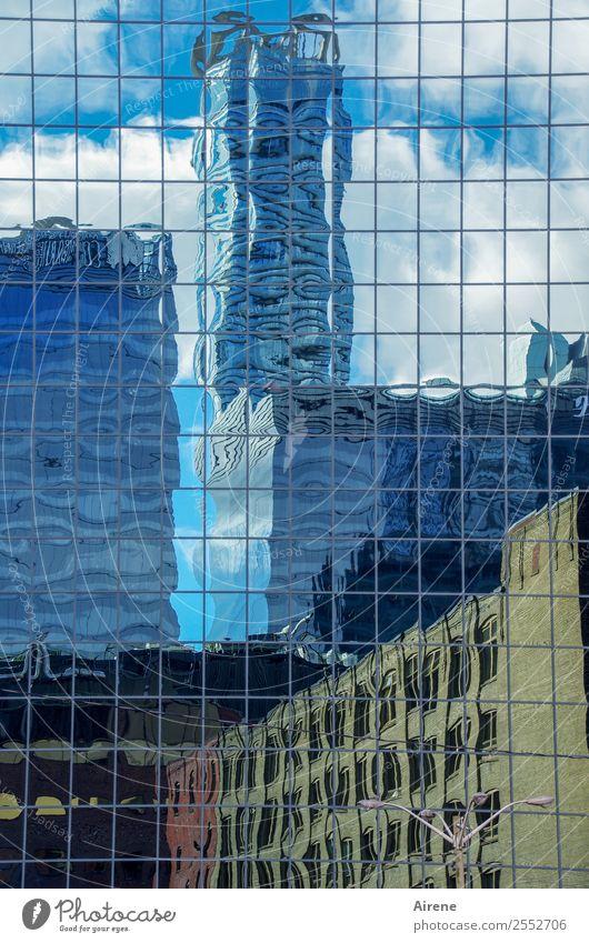 verzerrte Realität blau Stadt weiß Haus Architektur Gebäude braun Fassade Hochhaus Glas groß hoch bedrohlich Macht Skyline Stadtzentrum