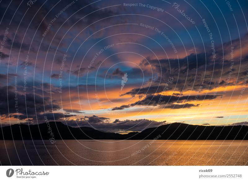 Blick auf den Storfjord in Norwegen am Abend Erholung Ferien & Urlaub & Reisen Tourismus Berge u. Gebirge Natur Landschaft Wasser Wolken Felsen Fjord