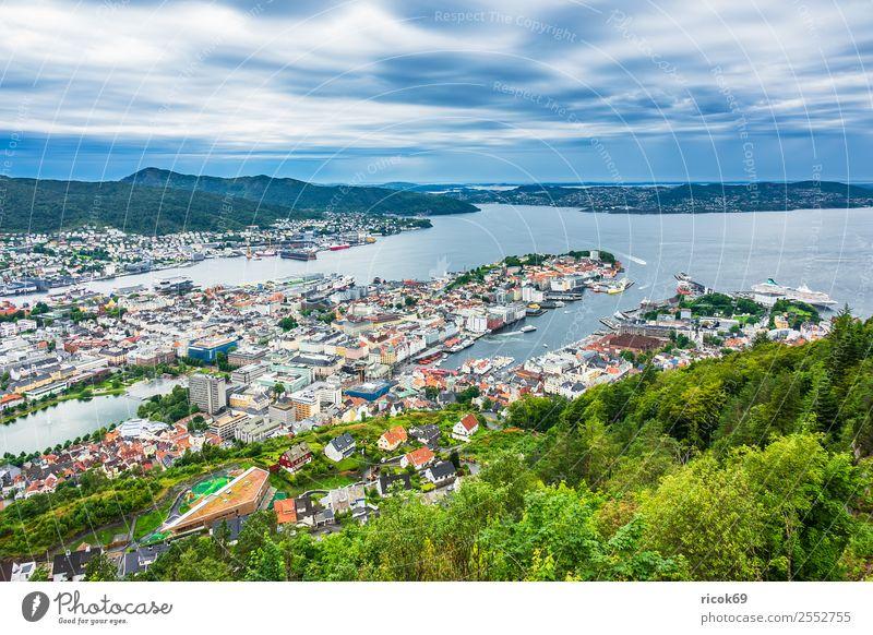 Blick auf die Stadt Bergen in Norwegen Erholung Ferien & Urlaub & Reisen Tourismus Meer Berge u. Gebirge Haus Natur Landschaft Wasser Baum Wald Hügel Hafen