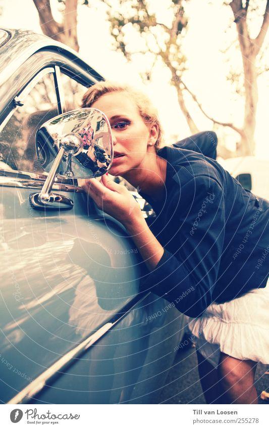 what elvis didn't know Mensch Jugendliche blau weiß schön Baum Erwachsene feminin Haare & Frisuren PKW Mode Autofenster blond stehen 18-30 Jahre Coolness