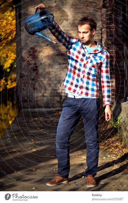 Auf dem Trockenen maskulin Junger Mann Jugendliche Erwachsene 1 Mensch 18-30 Jahre Herbst Gießkanne Kannen Traurigkeit Ärger Frustration gießen Wassertropfen
