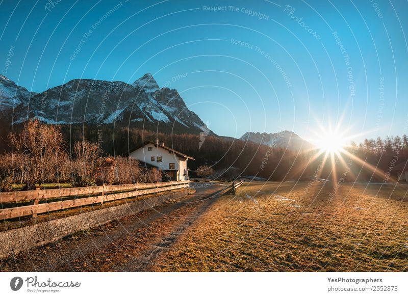 Wintersonne über den österreichischen Alpen und dem Dorf Ferien & Urlaub & Reisen Berge u. Gebirge Natur Landschaft Ehrwald Österreich Sehenswürdigkeit
