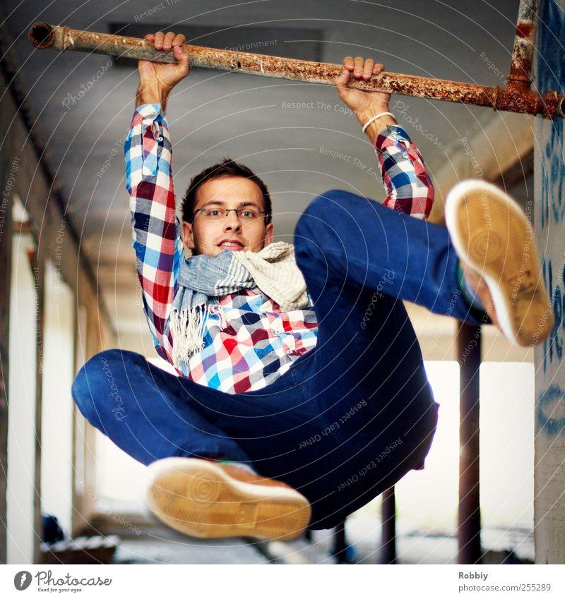 auf einen Sprung... Mensch Mann Jugendliche blau rot Erwachsene springen maskulin frei 18-30 Jahre festhalten stark sportlich hängen Dynamik kariert