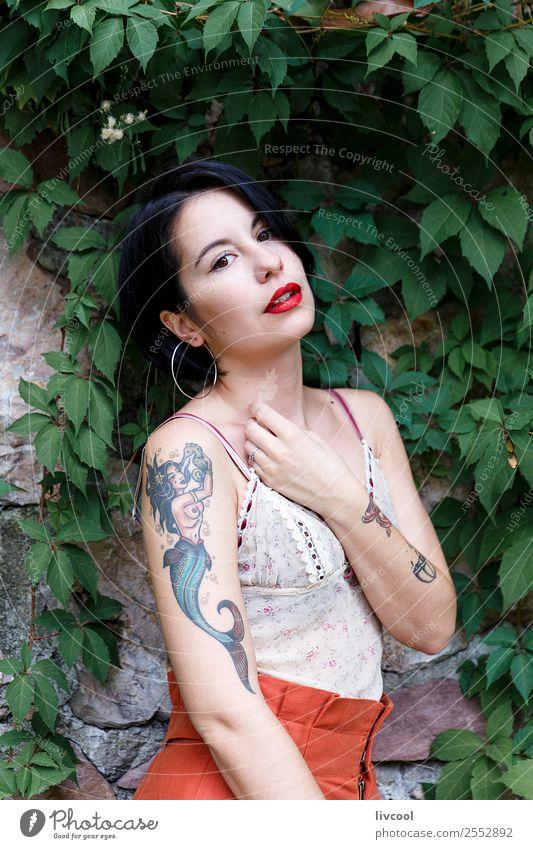 schönes hipster Mädchen Lifestyle Stil Sommer Garten Mensch feminin Frau Erwachsene Körper 18-30 Jahre Jugendliche Natur Park Mode Unterwäsche Tattoo