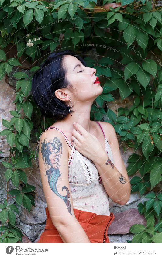 schöne tätowierte hipster Mädchen Lifestyle elegant Stil Körper Sommer Garten Mensch feminin Frau Erwachsene 18-30 Jahre Jugendliche Natur Park Mode Unterwäsche