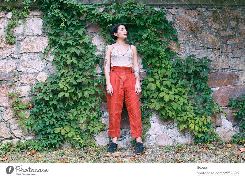 cooles tätowiertes Mädchen Lifestyle Stil schön Sommer Garten Mensch feminin Frau Erwachsene Körper 18-30 Jahre Jugendliche Natur Park Mode Unterwäsche Tattoo