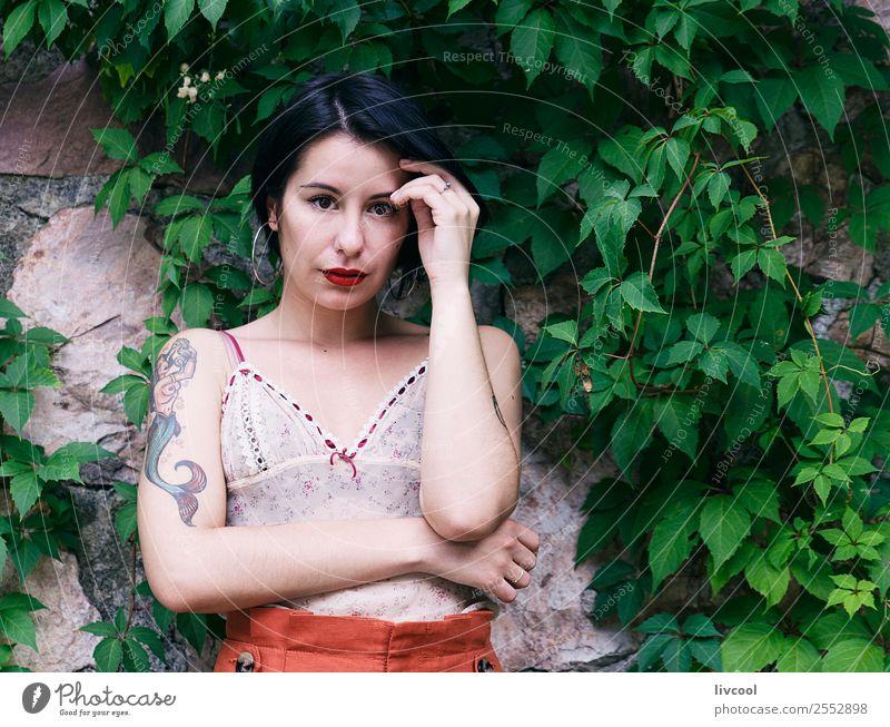Frau Mensch Natur Jugendliche Sommer schön grün ruhig 18-30 Jahre Lifestyle Erwachsene feminin Gefühle Stil Garten Mode