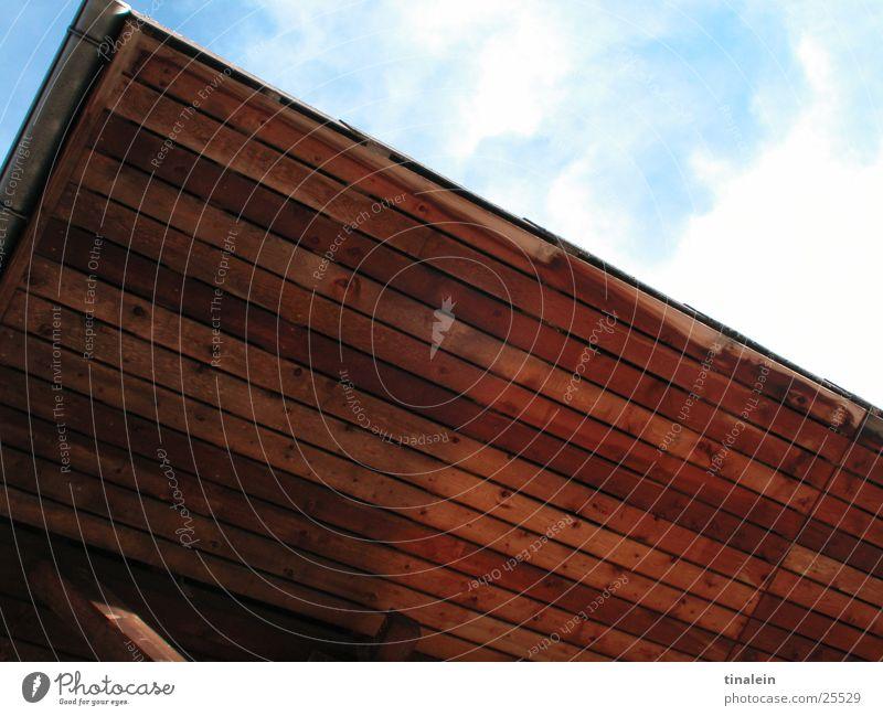 Ein Stück Himmel blau Haus Wolken Holz Graffiti Perspektive Dach Schweiz obskur