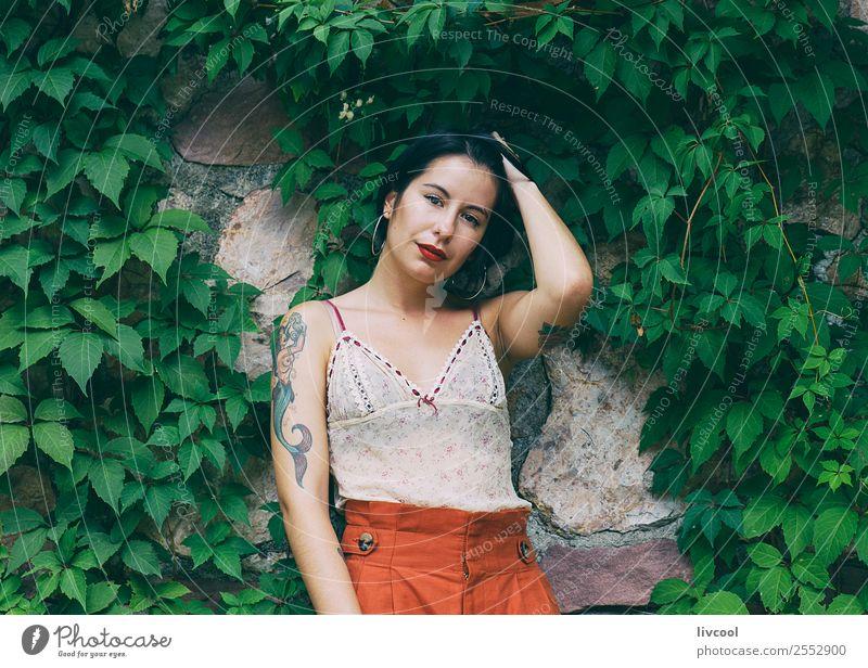 tätowierte Frau Lifestyle Stil schön Sommer Garten Mensch feminin Erwachsene Körper 1 18-30 Jahre Jugendliche Natur Park Mode Unterwäsche Tattoo Coolness modern