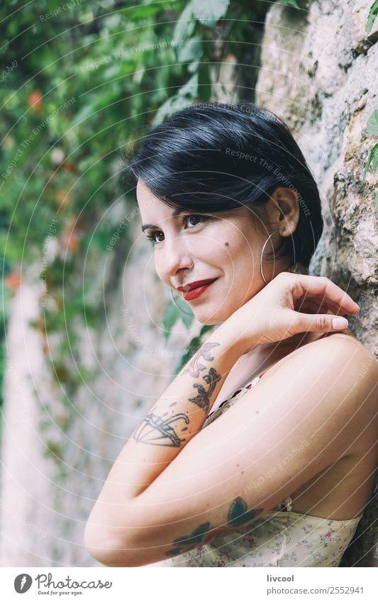 schöne tätowierte Frau Lifestyle elegant Stil Sommer Garten Mensch feminin Erwachsene Kopf 1 18-30 Jahre Jugendliche Natur Park Mode Unterwäsche Tattoo Lächeln