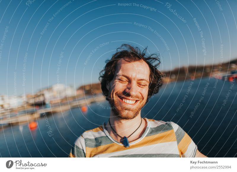 Portrait von glücklich lachendem Mann am See Lifestyle Freude Glück Zufriedenheit Ferien & Urlaub & Reisen Freiheit Sommer Sommerurlaub Student Junger Mann