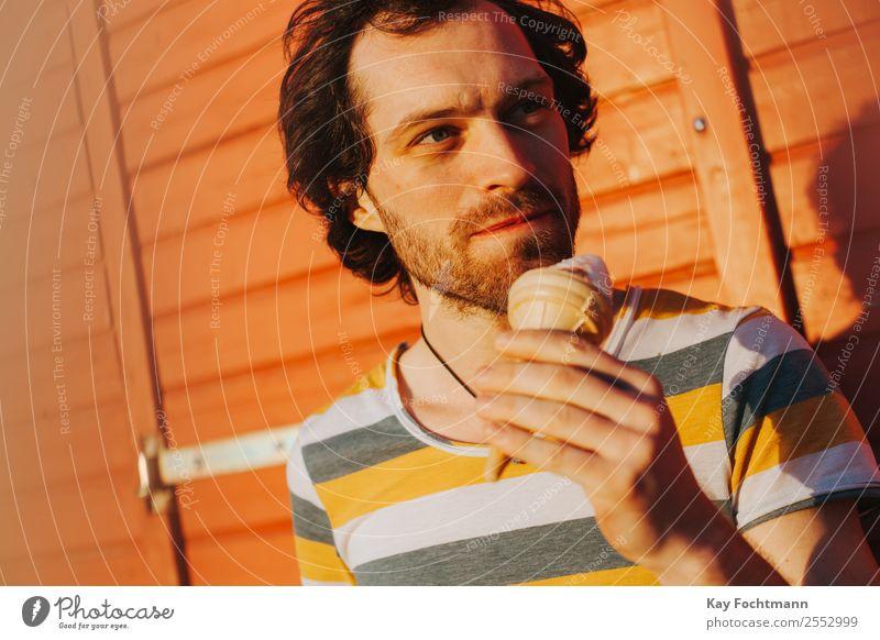 Junger Mann mit Eis in der Hand Speiseeis Ernährung Essen Lifestyle Freude Gesundheit Gesunde Ernährung Leben Wohlgefühl Zufriedenheit Erholung Freizeit & Hobby