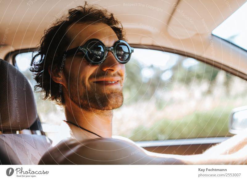 Lächelnder Mann mit Sonnenbrille am Steuer seines Autos Lifestyle Freude Freizeit & Hobby Ferien & Urlaub & Reisen Tourismus Ausflug Freiheit Sommer