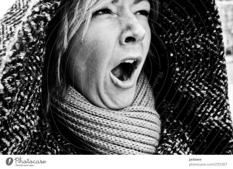 Müde in Paris Mensch feminin Junge Frau Jugendliche Kopf Mund 1 18-30 Jahre Erwachsene Mantel Schal Kapuze blond träumen authentisch Schwarzweißfoto