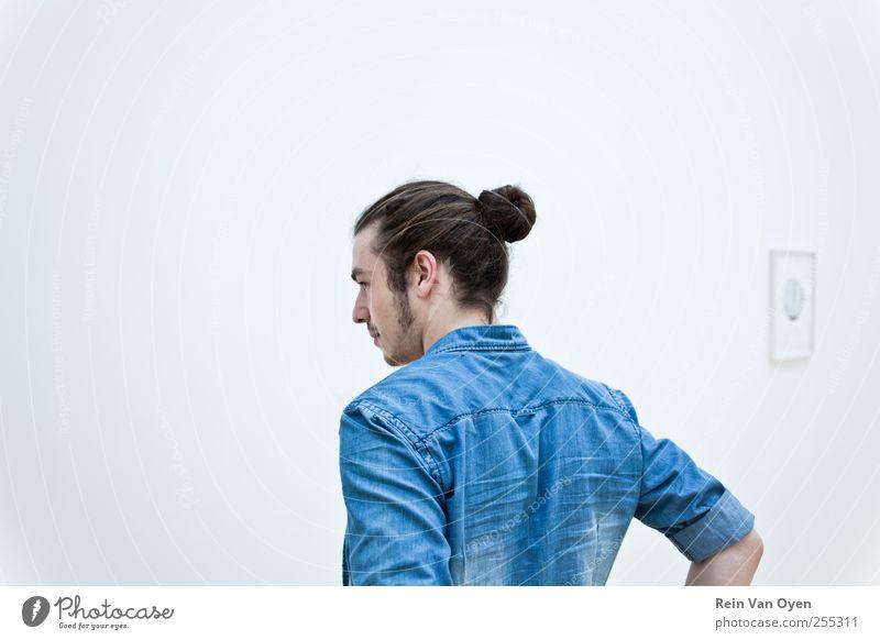 Mensch Mann Jugendliche blau weiß ruhig Erwachsene Wand Haare & Frisuren Mode maskulin Bekleidung Jeanshose Sauberkeit 18-30 Jahre Hemd