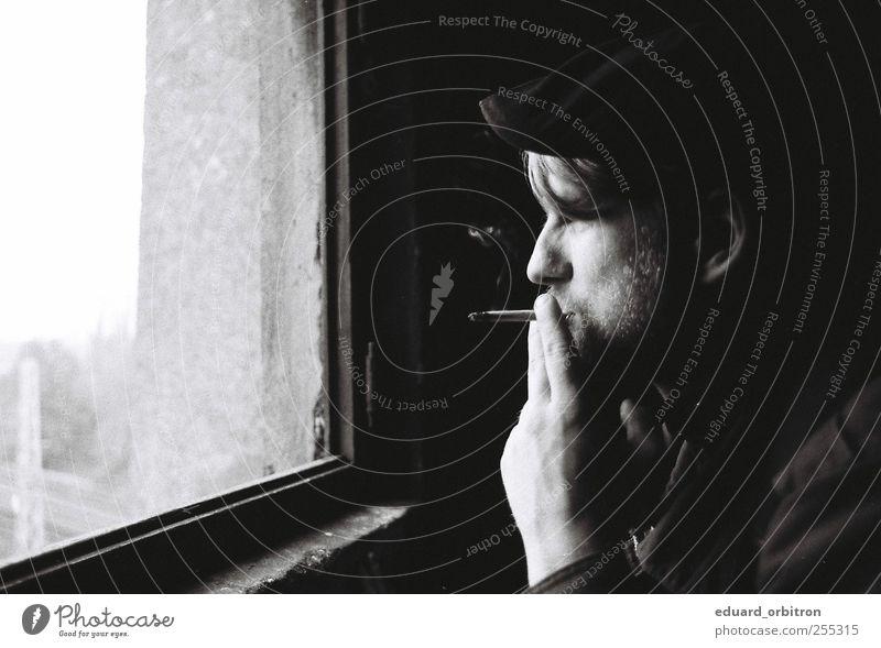 End Of The Harvest maskulin Mann Erwachsene Kopf Hand 1 Mensch Mütze blond Bart Rauchen Zigarette Fenster Blick genießen Erholung Schwarzweißfoto Innenaufnahme
