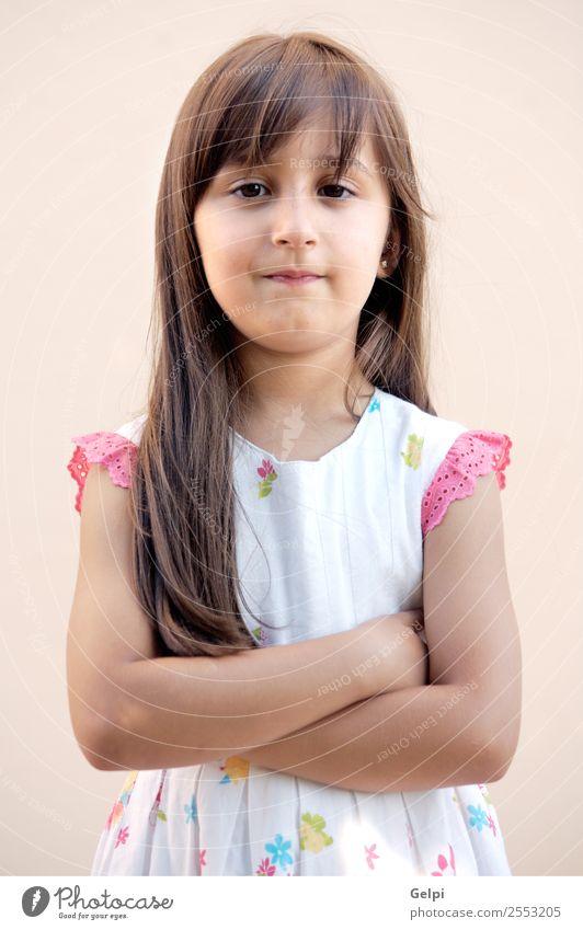 beiläufig schönes Mädchen mit einem übertriebenen Hintergrund Spielen Kind Schule Mensch Baby Familie & Verwandtschaft Kindheit Lippen Zähne Mode klein rosa