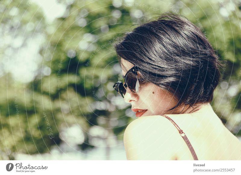 Dame mit Sonnenbrille Lifestyle elegant Stil schön Gesicht Sommer Garten Mensch feminin Frau Erwachsene Kopf 1 18-30 Jahre Jugendliche Natur Park Mode