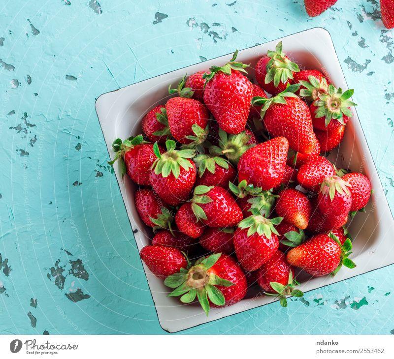 frische reife rote Erdbeere Frucht Dessert Vegetarische Ernährung Teller Sommer Tisch Menschengruppe Natur natürlich saftig grün Erdbeeren Hintergrund