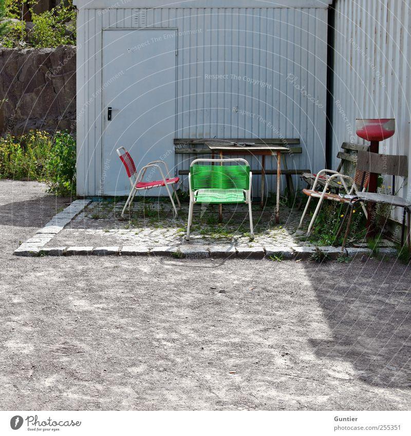 Für Dich solls bunte Bilder regnen!!! grau grün rot schwarz weiß Gartenmöbel Tisch Sitzecke Container Tür Bank Pflastersteine schäbig Gras Sträucher Felsen