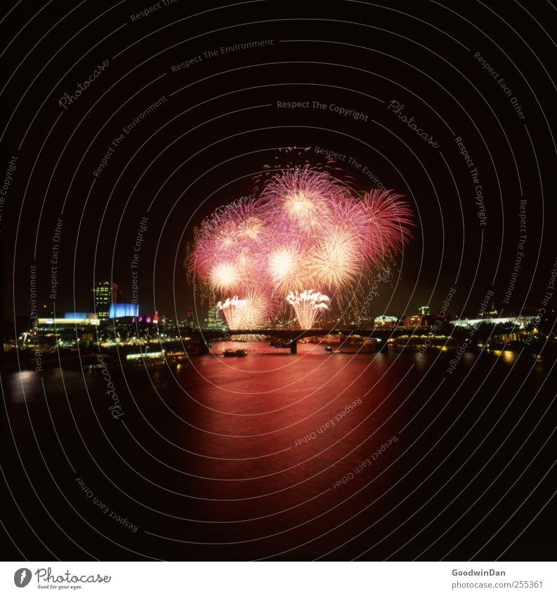 Für dich soll's bunte Bilder regnen! Stadt Hauptstadt Stadtzentrum Altstadt bevölkert Feuerwerk fantastisch frei schön viele Stimmung Freude Glück Fröhlichkeit