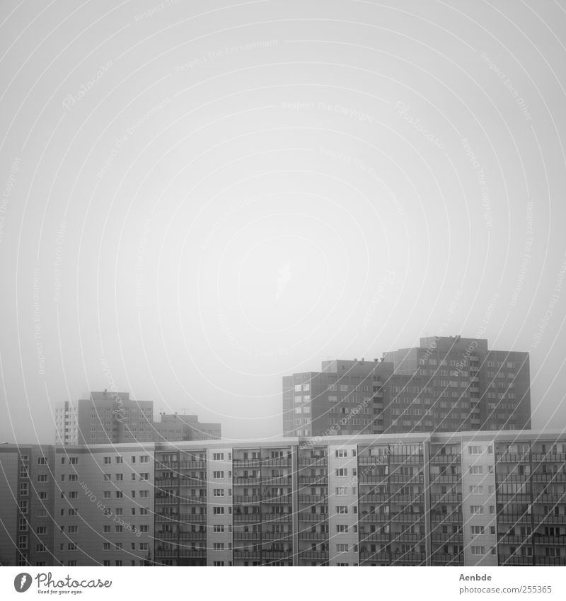 Schöner Wohnen Berlin Stadt Hauptstadt Skyline Haus Hochhaus Gebäude Architektur Fassade hässlich trist Plattenbau Einsamkeit Schwarzweißfoto Außenaufnahme