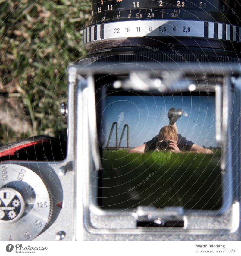 Für dich solls bunte Bilder (und Kameras) regnen Mensch Erwachsene Wiese Metall liegen Perspektive beobachten Fotokamera 18-30 Jahre Teamwork Junge Frau