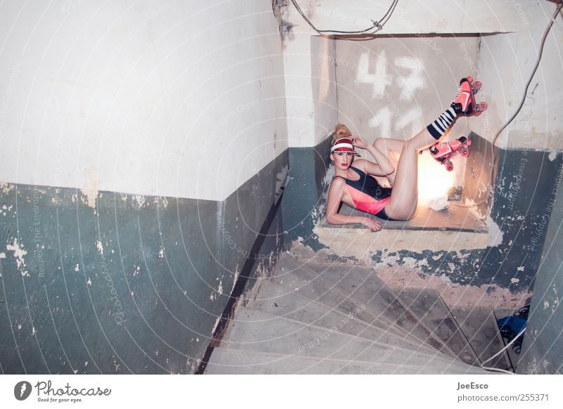 4711 Frau schön Erwachsene dunkel kalt Wand Mauer Mode Feste & Feiern wild Treppe liegen verrückt Lifestyle einzigartig beobachten