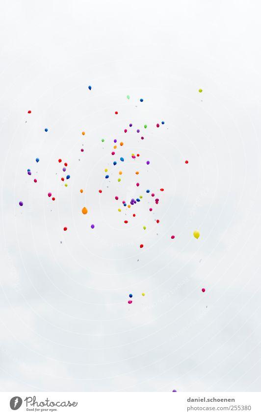 Für dich solls bunte Bilder regnen #1 Feste & Feiern Geburtstag Luftballon hell mehrfarbig weiß fliegen Schweben Textfreiraum oben Textfreiraum unten