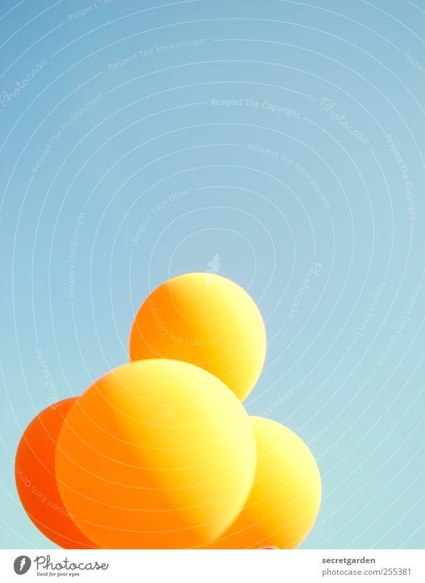 Für dich solls bunte ballons regnen! Jahrmarkt Wolkenloser Himmel Schönes Wetter Luftballon hell retro rund Wärme blau orange Freude 4 aufgeblasen fliegen