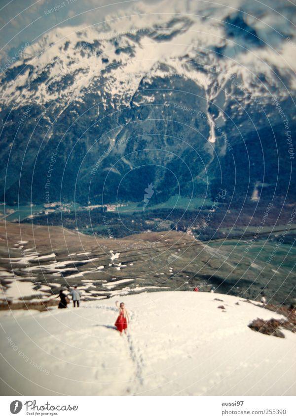 Für Dich soll's bunte Bilder regnen. Frau Ferien & Urlaub & Reisen Schnee Berge u. Gebirge retro Alpen Dame winken toben Schneeballschlacht