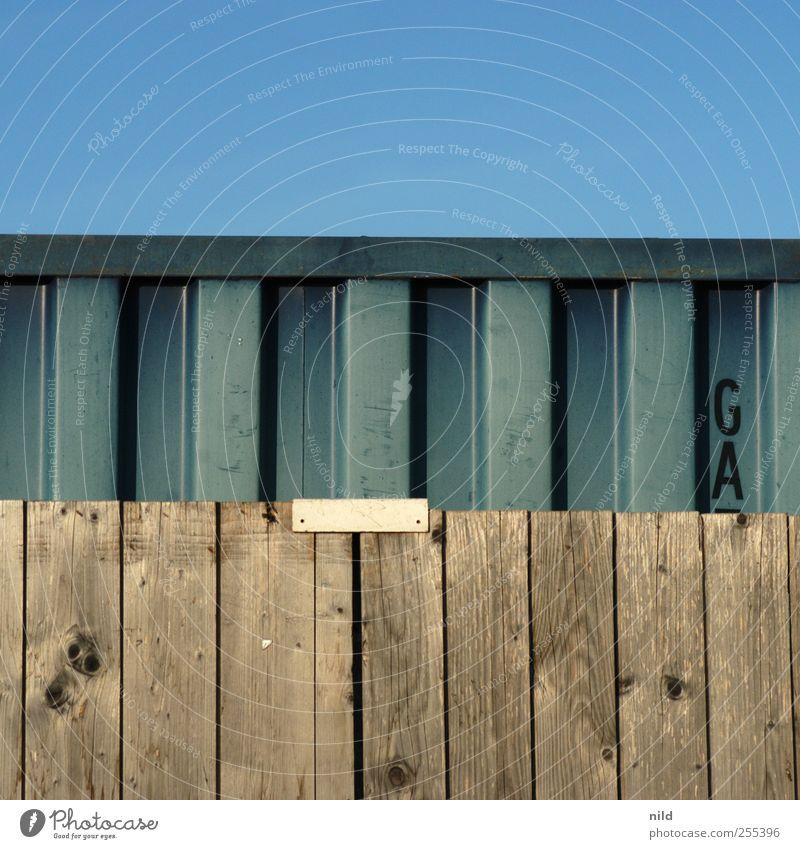 Für Dich soll's bunte Bilder regnen. Himmel blau Holz Metall braun Zaun Quadrat Holzbrett Container Industrieanlage Wolkenloser Himmel